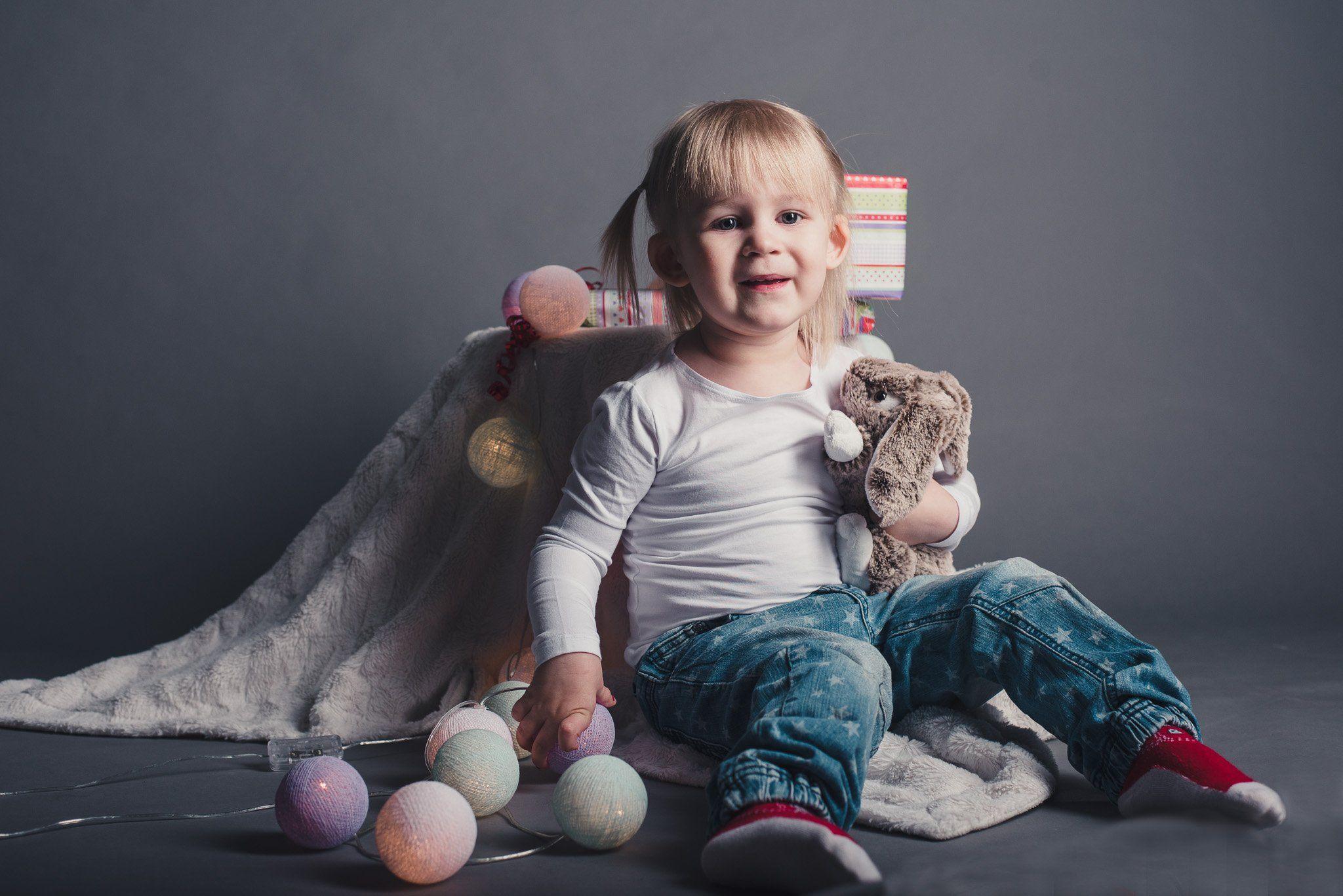 lapsikuvaus-studiokuvaus-Sanni ja jänispehmolelu studiolla