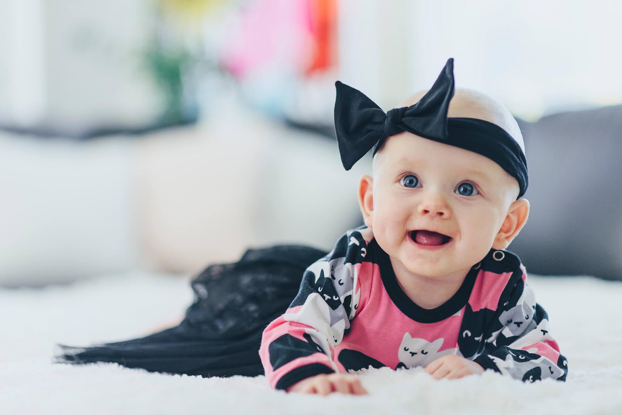 lapsikuvaus vauvakuvaus iloinen tuijotus rusetti päässä