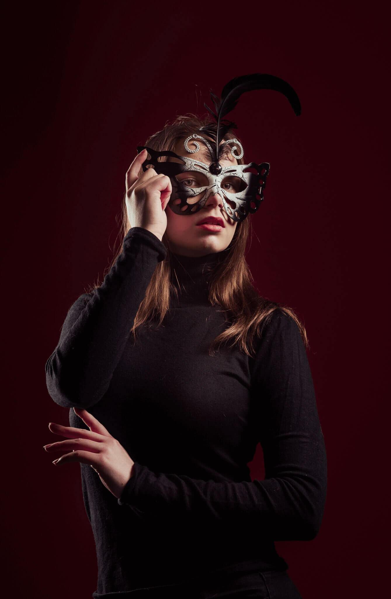 henkilökuvaus-nuoret studiokuva mallilla maski päässä