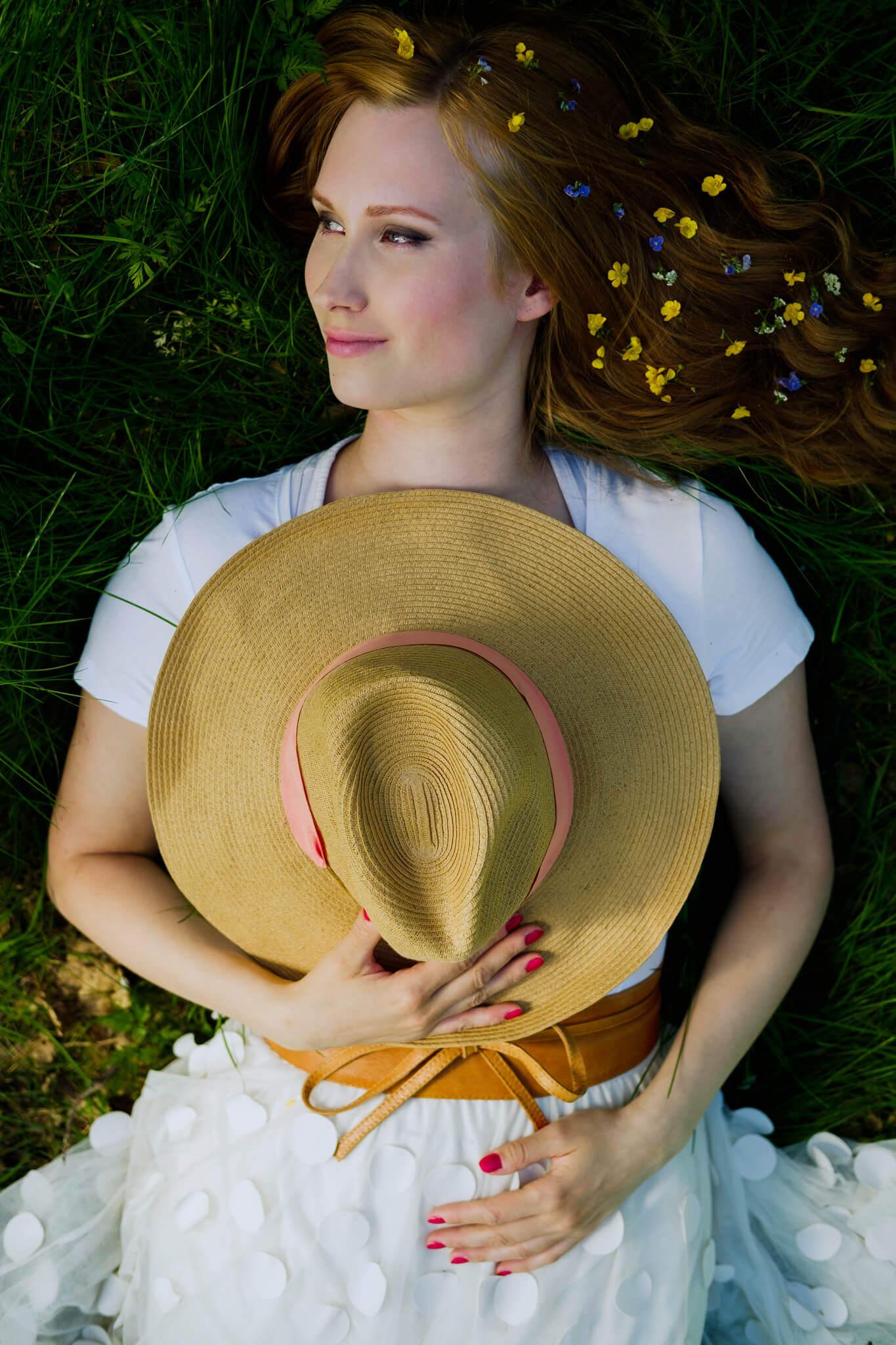 henkilökuvaus jenessa makaamassa nurmikolla harjulla