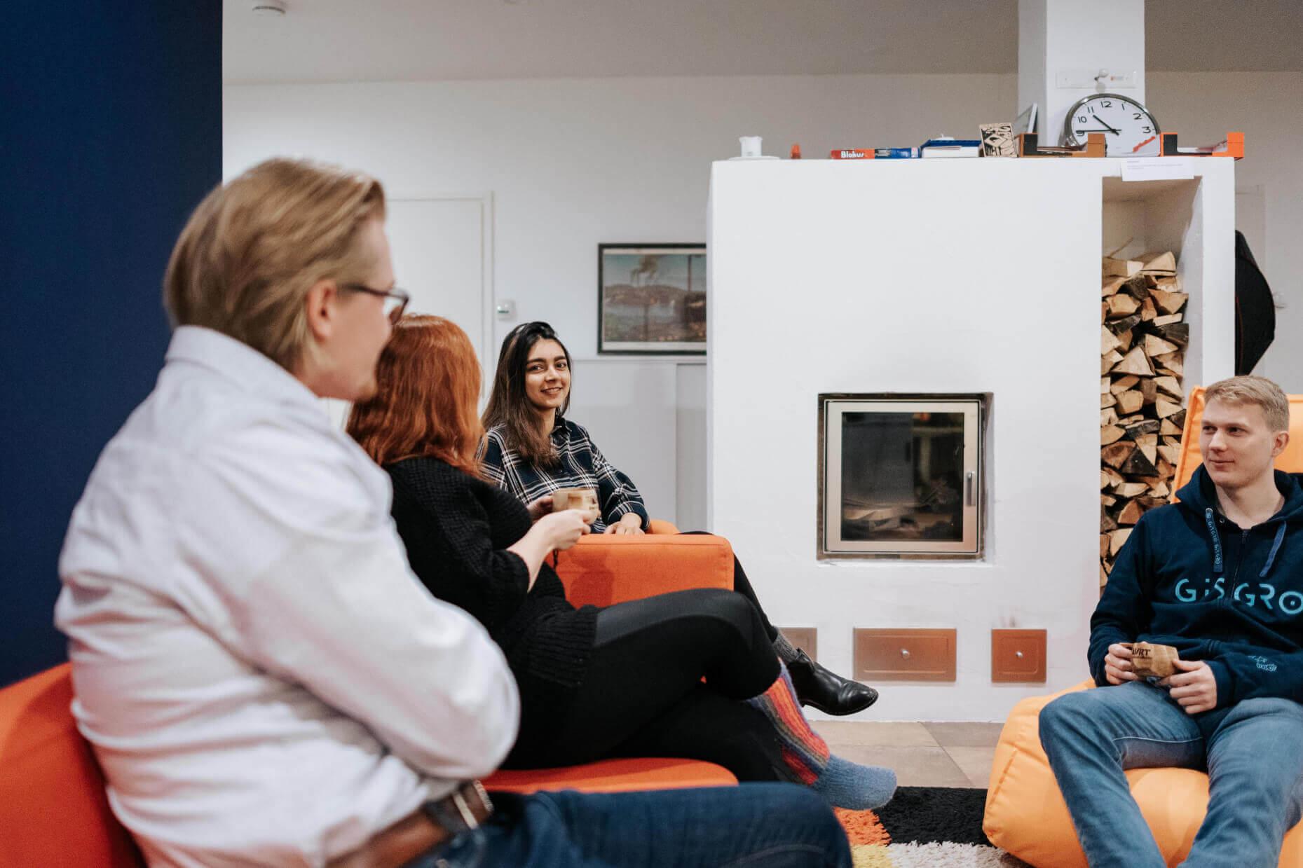 kuvapankkikuva gisgro ihmisiä toimistolla katse kameraan