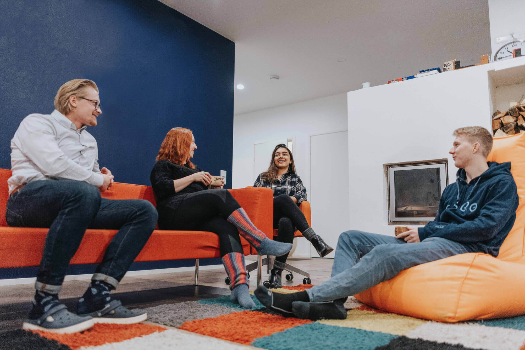 kuvapankkikuva gisgro ihmisiä toimistolla