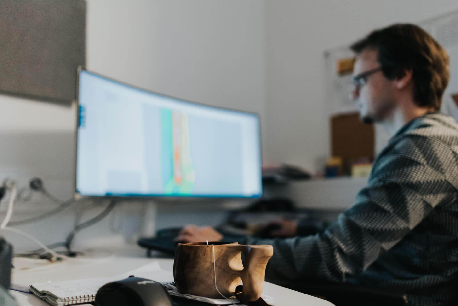 Kuvituskuva Jyväskylä gisgro työntekijä tietokoneella