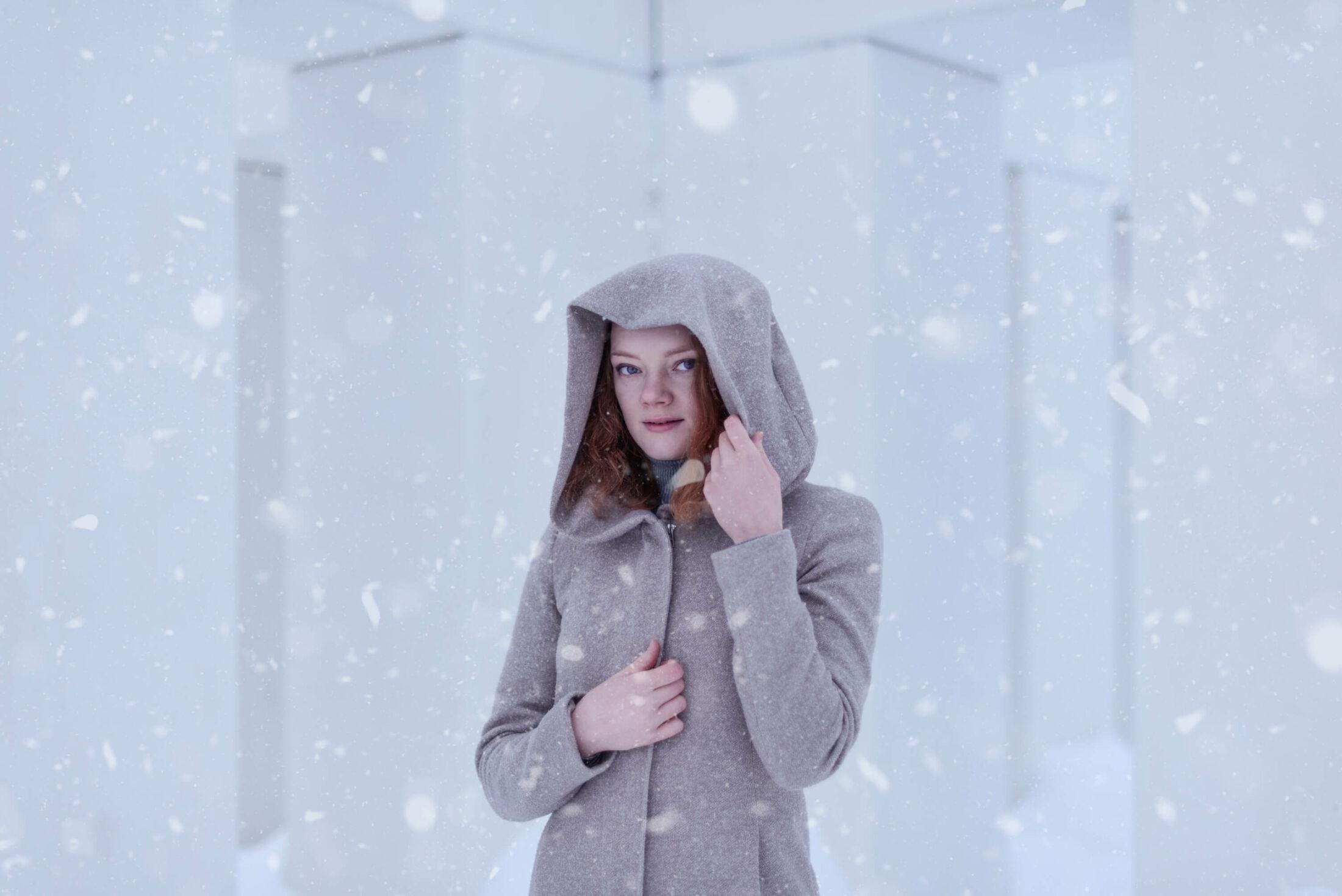 henkilökuvaus-laura talvella huppu päässä jyväskylän satamassa