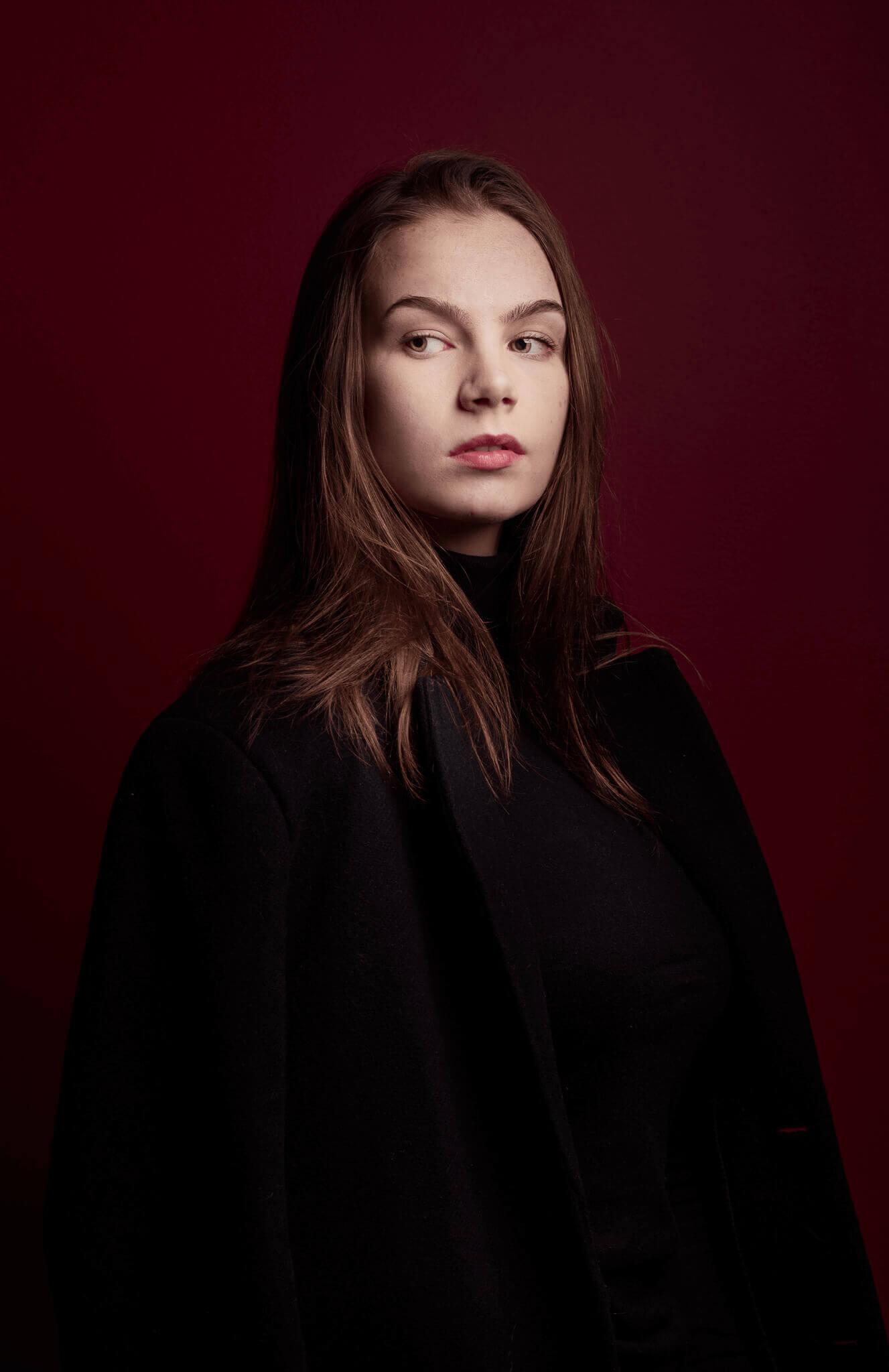 henkilökuvaus-nuoret valokuvaajat jyväskylä studiokuva pitkä takki